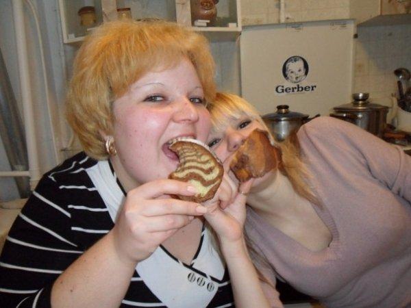 Толстая кушающая девушка